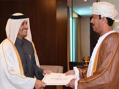سعادة وزير الخارجية يتسلم نسخة من أوراق اعتماد سفير سلطنة عمان لدى الدولة