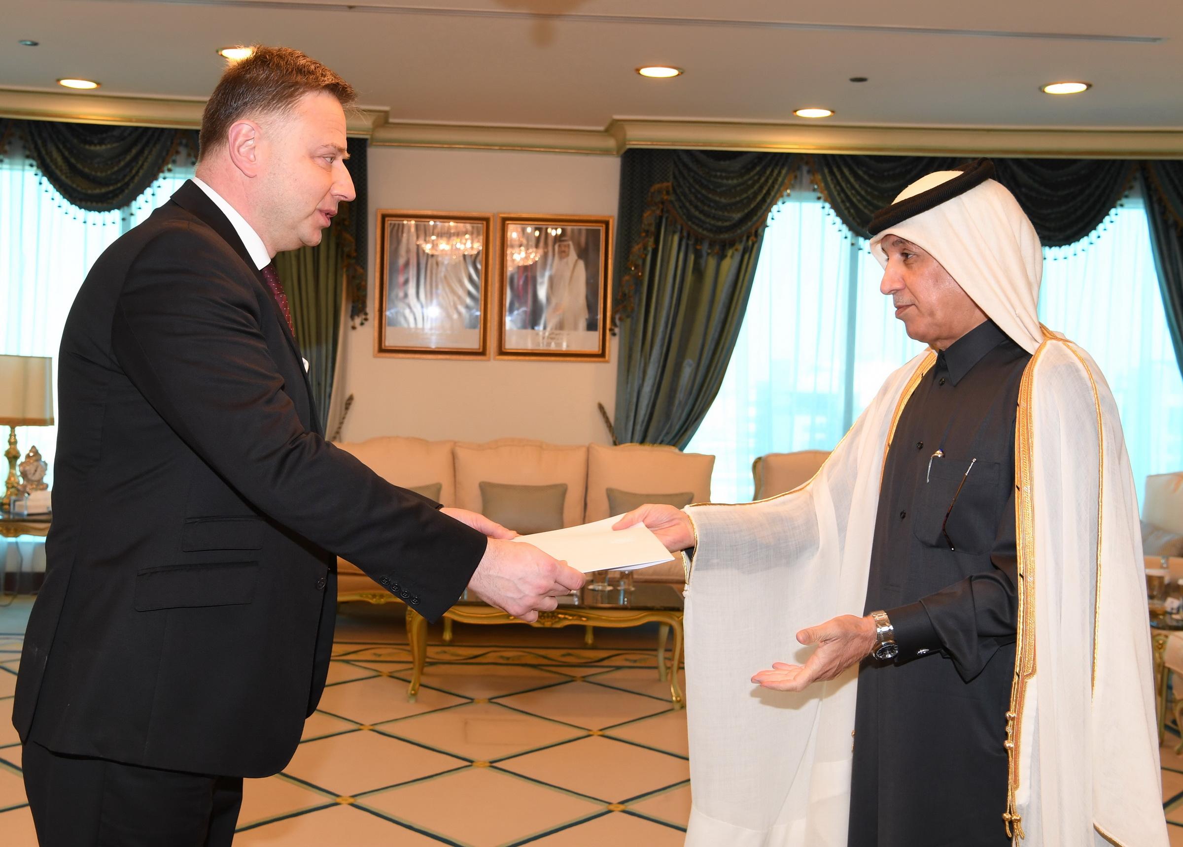 وزير الدولة للشؤون الخارجية يتسلم نسخة من أوراق اعتماد سفير أوكرانيا
