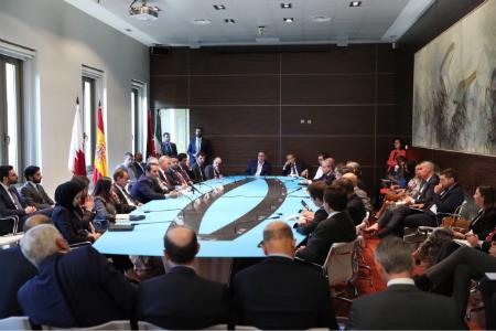 طاولة مستديرة لنائب رئيس مجلس الوزراء وزير الخارجية مع مجموعة مع المسؤولين والأكاديميين وممثلي الشركات الإسبانية