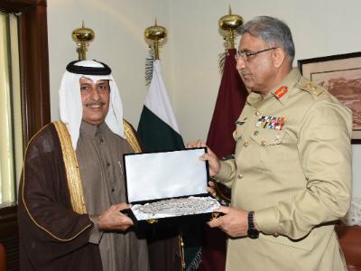 قائد الجيش الباكستاني يجتمع مع سفير قطر