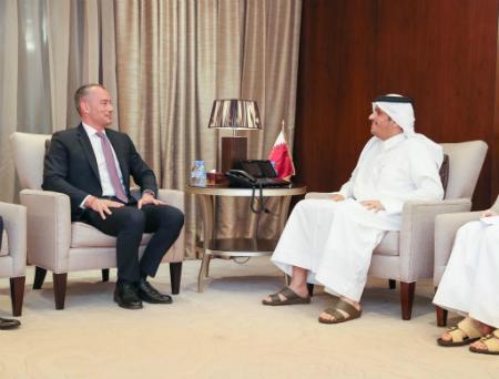 نائب رئيس مجلس الوزراء وزير الخارجية يجتمع مع مبعوث الأمم المتحدة لعملية السلام في الشرق الأوسط