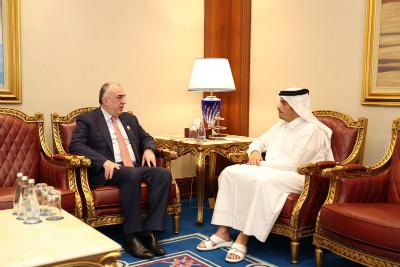 نائب رئيس مجلس الوزراء وزير الخارجية يجتمع مع وزير خارجية جمهورية أذربيجان