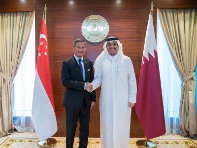 نائب رئيس مجلس الوزراء وزير الخارجية يجتمع مع وزير خارجية جمهورية سنغافورة