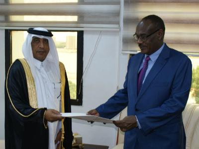 وزير الخارجية السوداني يتسلم نسخة من أوراق اعتماد سفير قطر