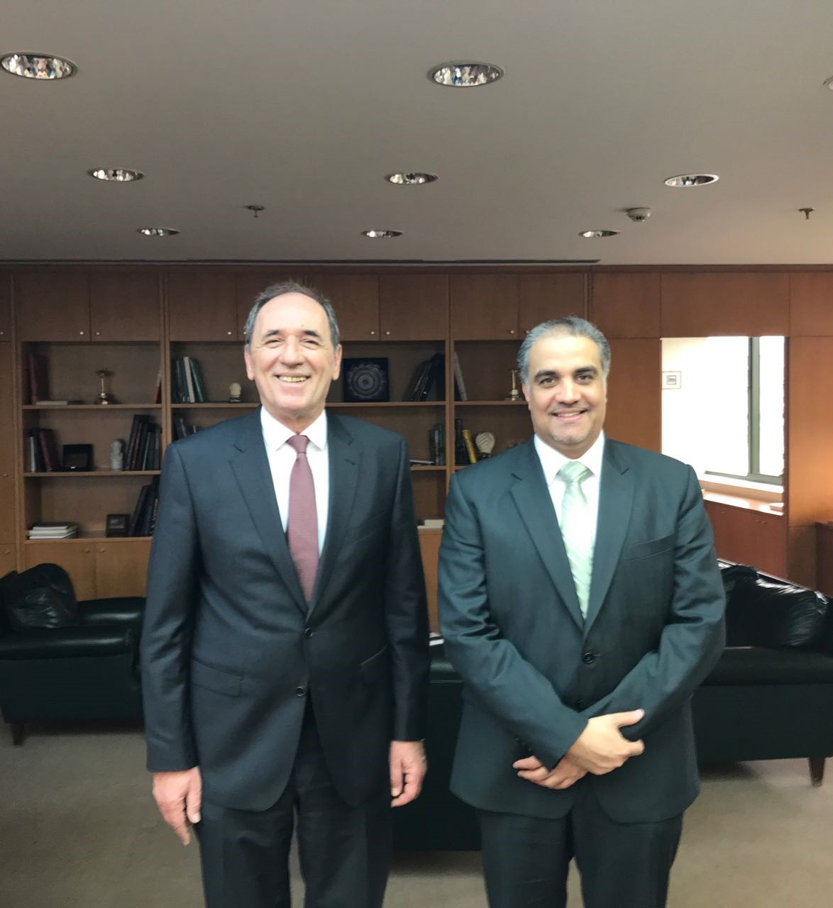وزير البيئة والطاقة اليوناني يجتمع مع سفير قطر