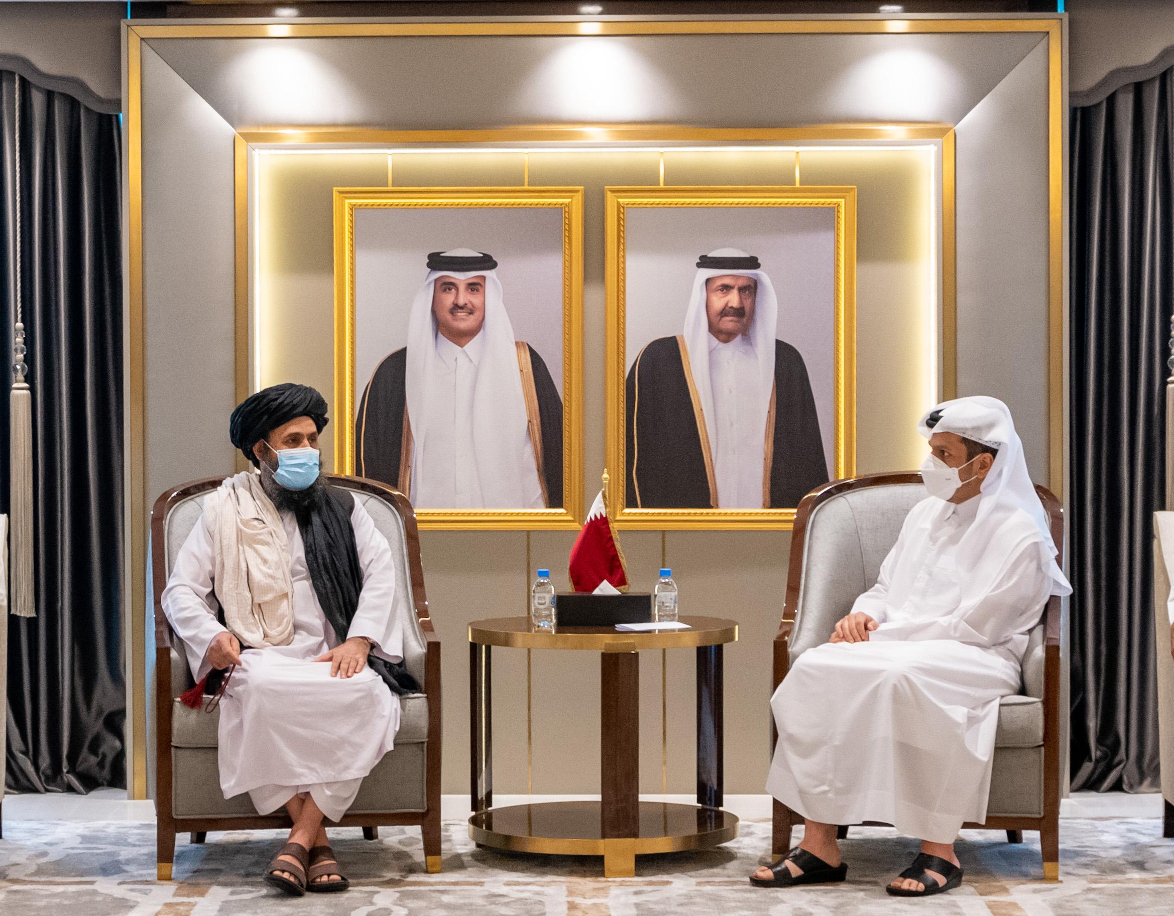 نائب رئيس مجلس الوزراء وزير الخارجية يجتمع مع وفد من طالبان