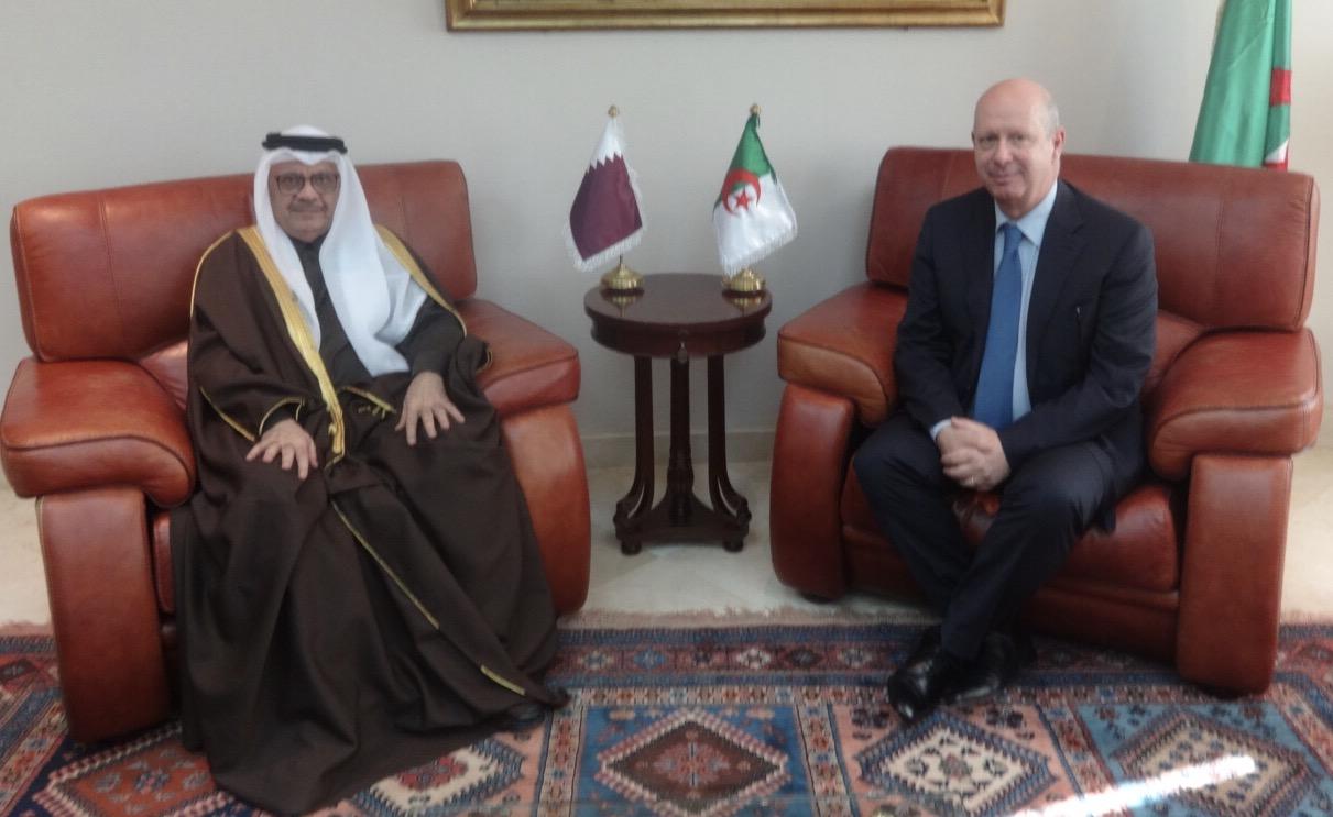 وزير المالية الجزائري يجتمع مع سفير قطر