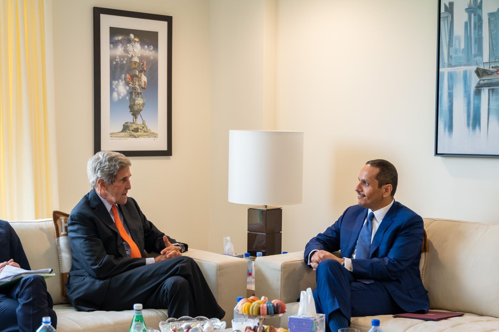 نائب رئيس مجلس الوزراء وزير الخارجية يجتمع مع المبعوث الرئاسي الأمريكي الخاص لشؤون المناخ