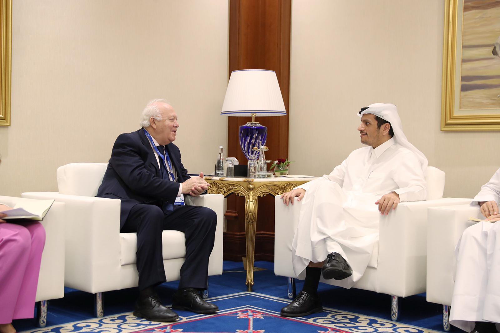 نائب رئيس مجلس الوزراء وزير الخارجية يجتمع مع عدد من المسؤولين على هامش منتدى الدوحة