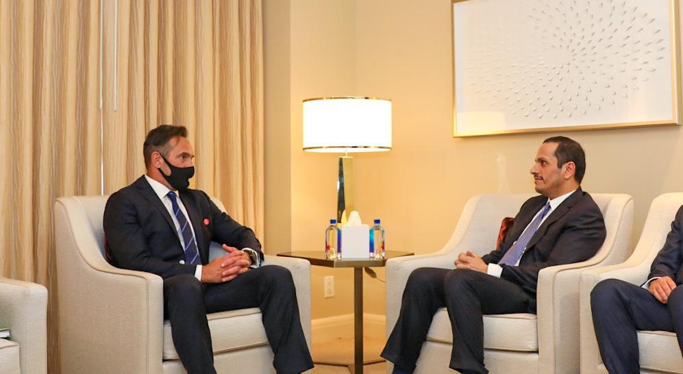 نائب رئيس مجلس الوزراء وزير الخارجية يجتمع مع المبعوث الرئاسي الأمريكي لشؤون الرهائن